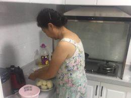 Värdmamma lagar middag