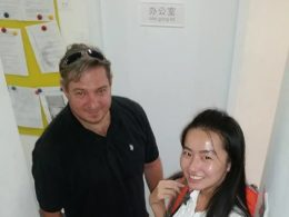 Läraren Linda på väg till privatlektion med sin elev
