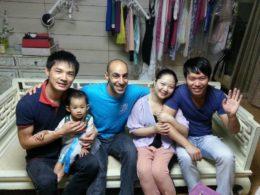 Mohamed med värdfamilj i Peking