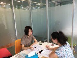 Bianca lär sig kinesiska med läraren Ivy i Peking