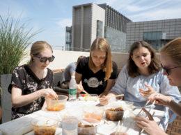 Njuter av lunch uppe på takterassen på LTL