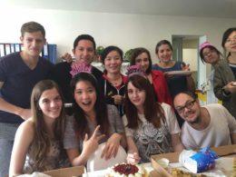 Elever och lärare njuter av pizza och tårta