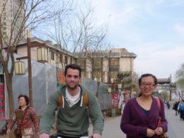 Cyklar genom gatorna i Chengde
