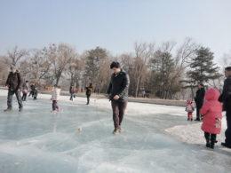 Har kul på den frusna sjön under vintern i Chengde