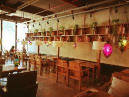 Lektioner hålls i diverse caféer runt om i staden