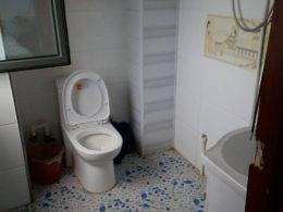 Typiskt badrum hos värdfamilj i Chengde