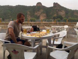 Elever spelar kinesisk schack