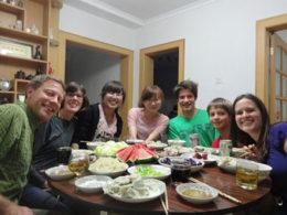 Äter middag med den kinesiska värdfamiljen