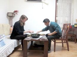 Delar middag hos värdfamilj i Chengde