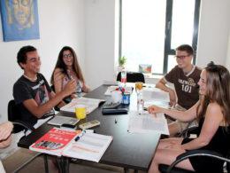 Elever som har lektion i kinesiska