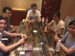 Spelar kort med lokalbefolkningen i Chengde