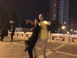 Piotr har kul med dans i Chengde
