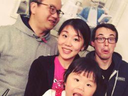 Elev och värdfamilj umgås i Chengde