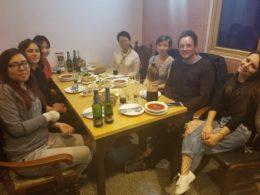 Personal från LTL Peking njuter av middag