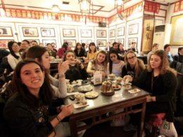 Italienska elever njuter av en god bit mat