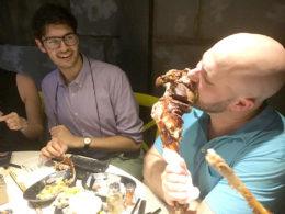 Hugger in på den delikata maten i Shanghai
