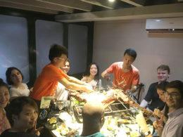 Lärare och elever delar mat i Shanghai