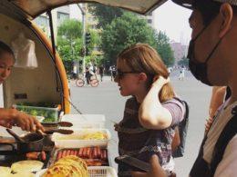 Köper frukost i Peking