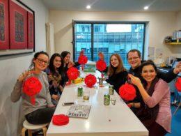 Elever på LTL njuter av en paus från att studera kinesiska