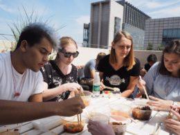 Jean Paul, Katherine, Anna och Cristina njuter av lunch uppe på takterassen