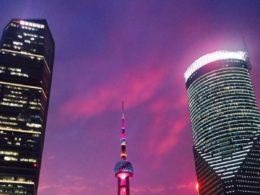Stadens belysning lyser upp Shanghai om natten