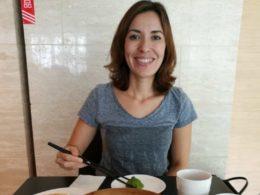 Nadja njuter av de lokala delikatesserna i Shanghai