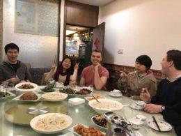 Lärare och elever njuter av middag tillsammans